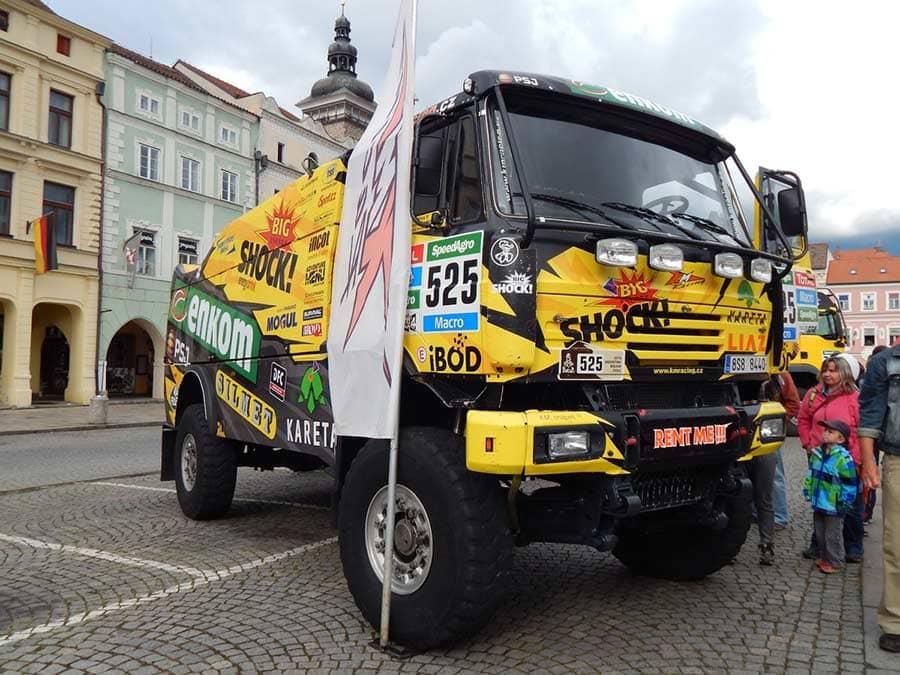 Camión rotulado con patrocinio de empresas