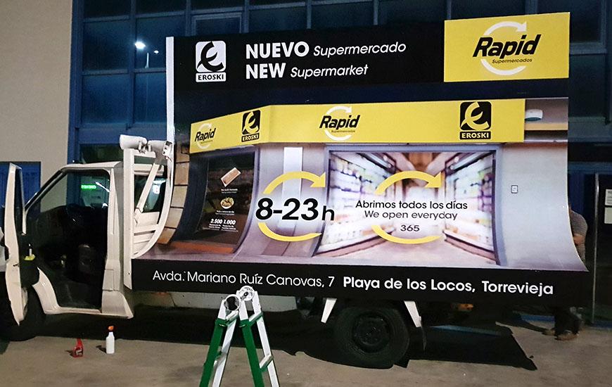 Camión con valla publicitaria móvil
