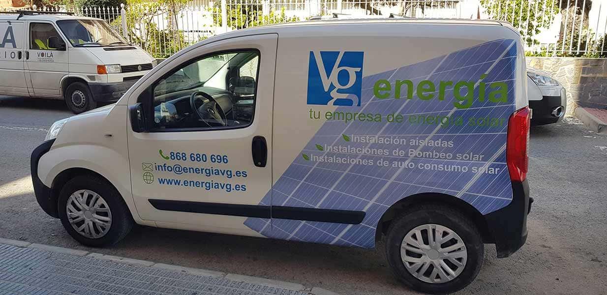Furgoneta empresa energía solar rotulada