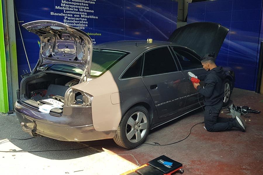 Instalación de vinilo de fundición en lateral de Audi