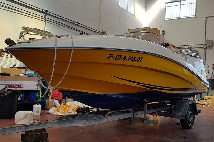 Barco terminado de instalar vinilo de fundición