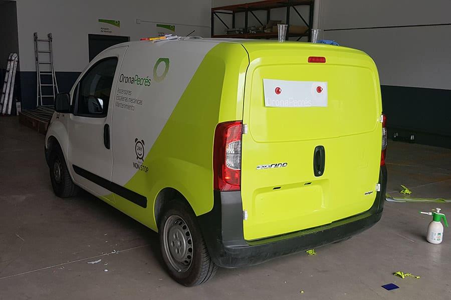 Haciendo la rotulación integral en furgoneta de Orona Pecres