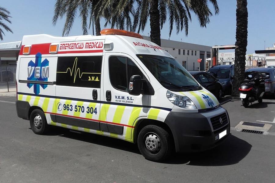 Ambulancia con rotulación parcial