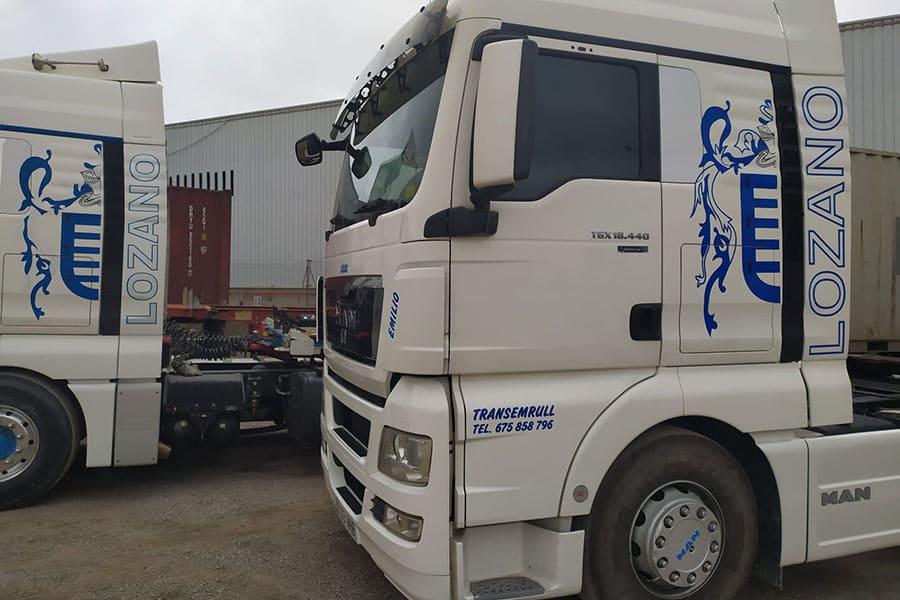 Camión con rotulación parcial