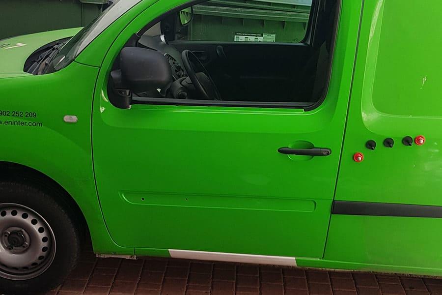 Preparando puerta de furgoneta para rotulación parcial