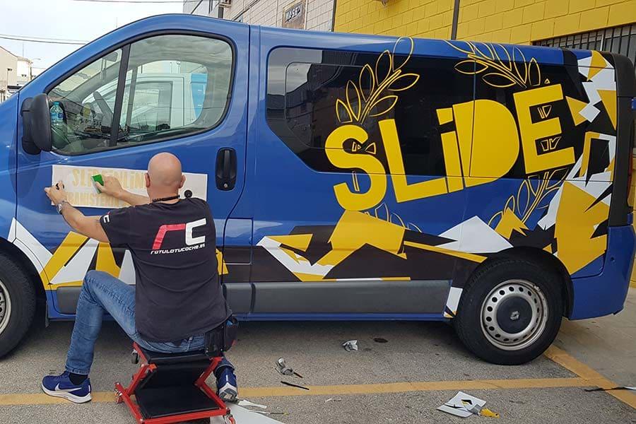 Trabajando en la rotulación parcial de furgoneta