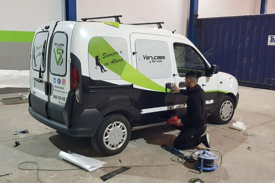 Haciendo la rotulación parcial en furgoneta