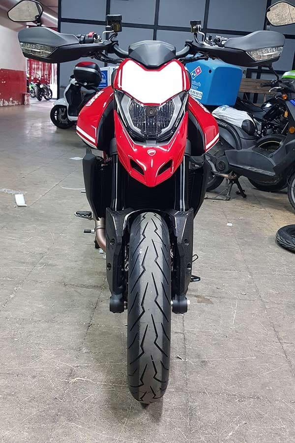 Vinilo en motocicleta vista frontal