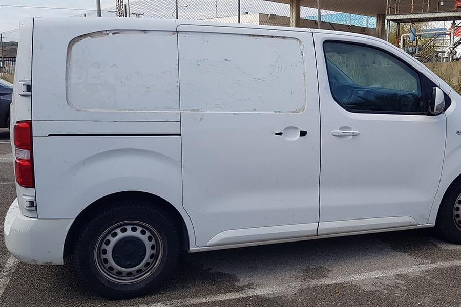 Lateral derecho de furgoneta Postiguet siendo desrotulada