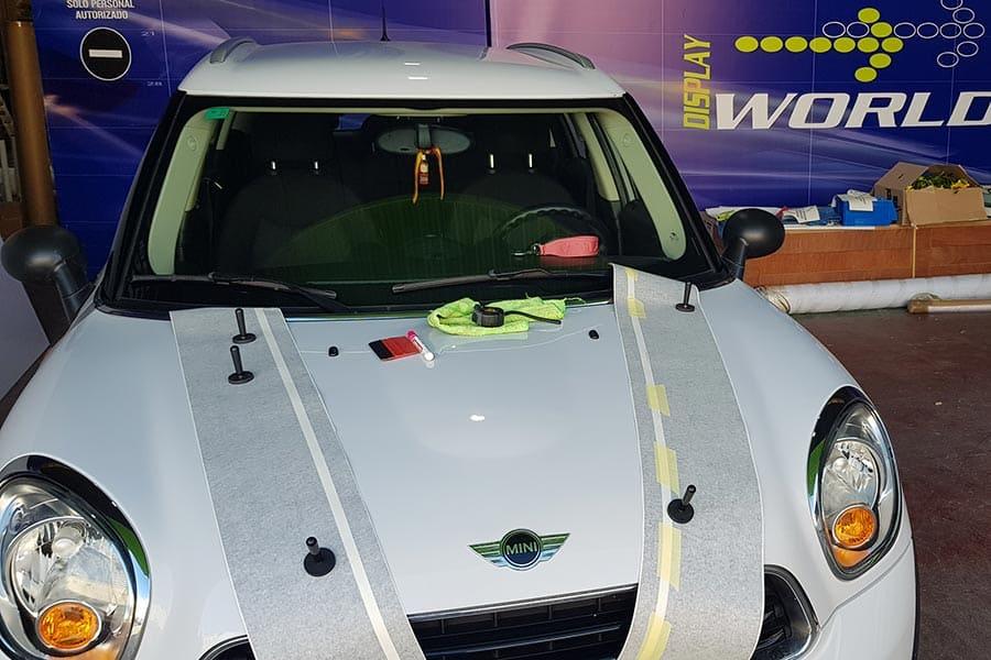 Hacer instalación de vinilo de corte en capó de Mini Cooper blanco