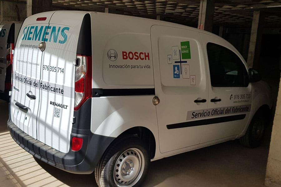 Instalación de vinilo de corte en furgoneta del servicio técnico de Bosch Siemens