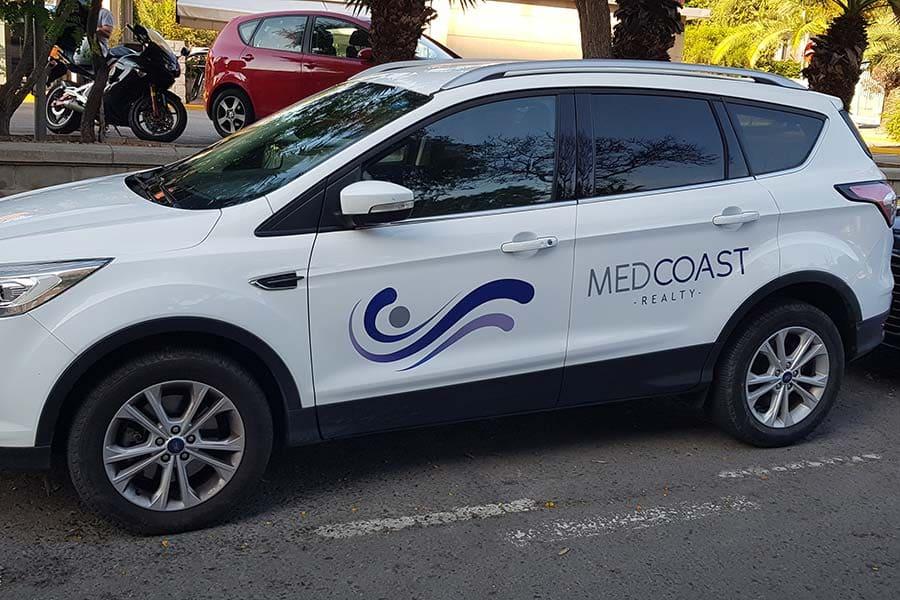 Instalación de vinilo de corte en lateral izquierdo de coche de Medcoastrealty
