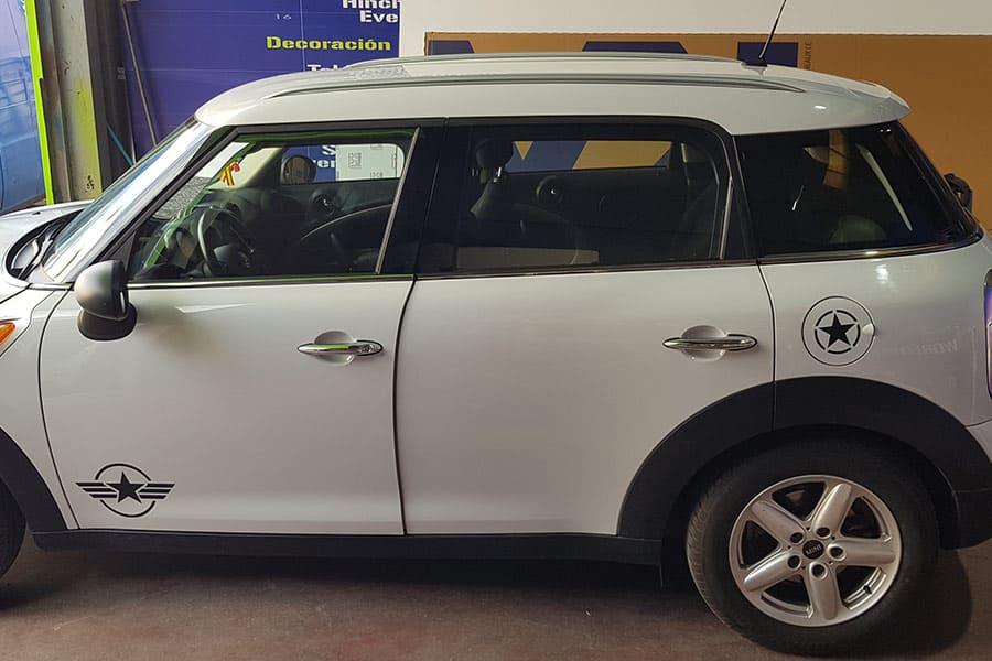 Instalación de vinilo de corte en lateral izquierdo de Mini Cooper blanco