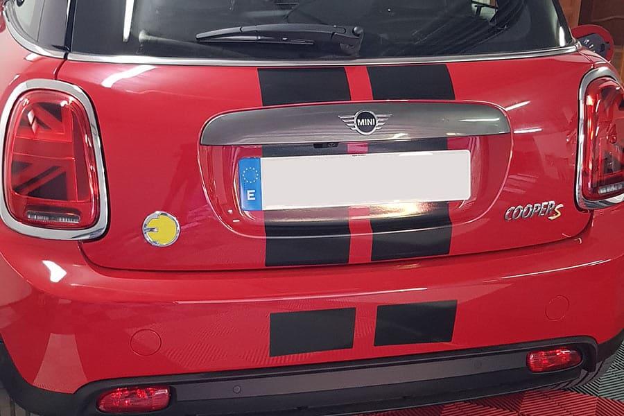 Instalación de vinilo de corte en maletero de Mini Cooper rojo