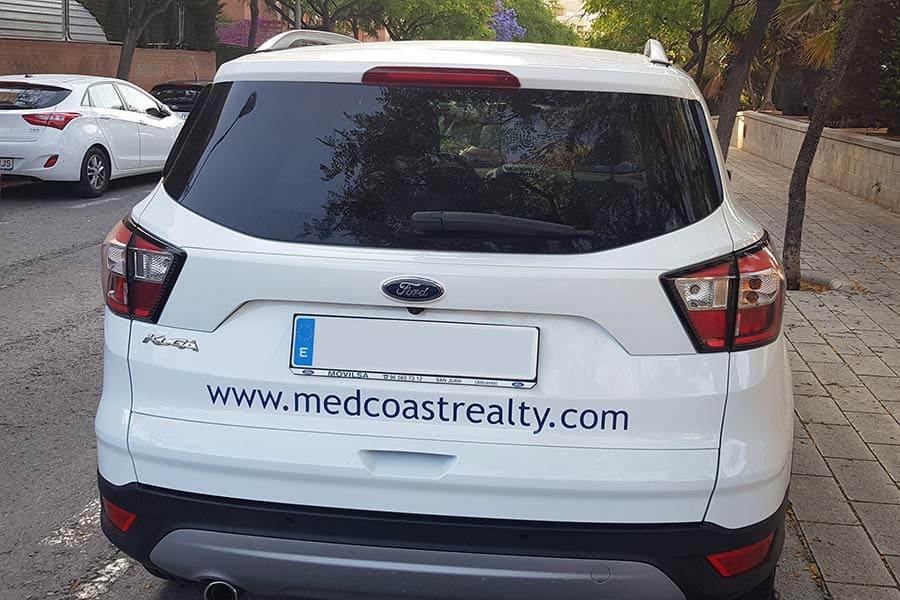 Instalación de vinilo de corte en puerta trasera de coche de Medcoastrealty