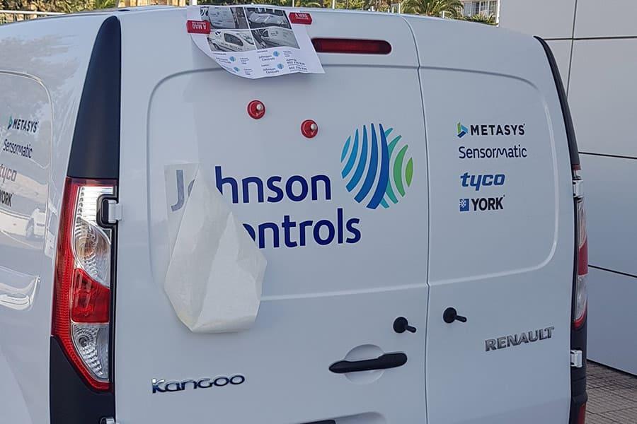 Instalación de vinilo de corte en puerta trasera de furgoneta de Johnson Controls